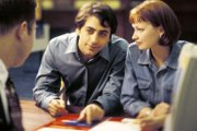 Couple qui signe un contrat de crédit