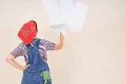 Une femme qui peint un mur