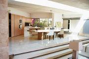 Une salle à manger ensoleillée avec du marbre